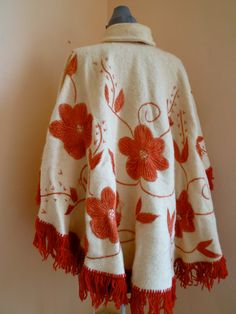 Vintage 1970s Cream and Red Flowers Wool Poncho por ModsLuvRockers