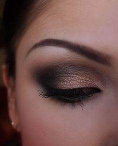 This is an amazing eye shadow look to create at this festive time.