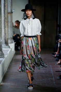 Guarda la sfilata di moda Blugirl a Milano e scopri la collezione di abiti e…