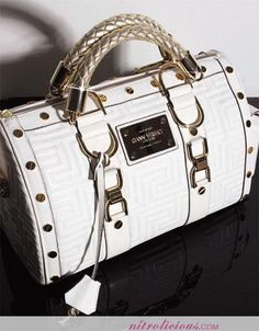 I am feelin this new Versace Couture Snap Bag I luv the braided handles and gold hardware It kinda reminds me of LV. This bag costs about Peep one more pic after the jump Prada Handbags, Fashion Handbags, Purses And Handbags, Fashion Bags, Prada Tote, Fashion Outfits, Beautiful Handbags, Beautiful Bags, Cake Chanel