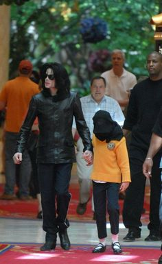 Michael and Paris going shopping. Michael and his children, your greatest treasures ღ