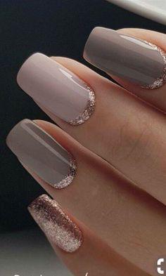 The advantage of the gel is that it allows you to enjoy your French manicure for a long time. There are four different ways to make a French manicure on gel nails. Gold Manicure, Rose Gold Nails, Blue Nails, Glitter Nails, Gold Glitter, Manicure Ideas, Grey Gel Nails, Grey Acrylic Nails, Glitter Art
