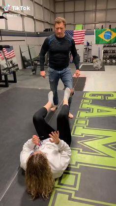 Self Defense Moves, Self Defense Martial Arts, Martial Arts Techniques, Self Defense Techniques, Martial Arts Workout, Martial Arts Training, Gym Workout Tips, Workout Videos, Boxing Workout