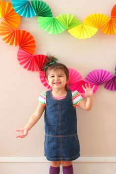 Rainbow fan garland that is so easy to make! You only need scissors, tape and paper to create this colorful DIY decoration for a rainbow theme party . Crepe Paper Decorations, Paper Flowers Craft, Diy Birthday Decorations, Rainbow Fan, Rainbow Paper, Diy Girlande, Pig Crafts, Paper Flower Tutorial, Paper Fans
