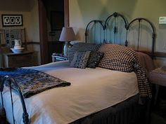 Beautiful!!  I'd love this simple look on my old iron bed...guest bedroom <3