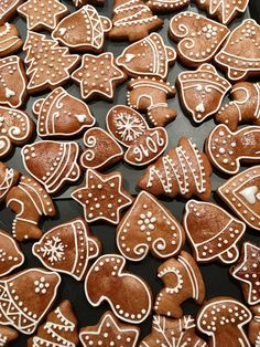 Gingerbread cookies Xmas Desserts, Christmas Sweets, Christmas Cooking, Christmas Goodies, Christmas Candy, Gingerbread Icing, Gingerbread Decorations, Christmas Gingerbread, Biscuit Decoration