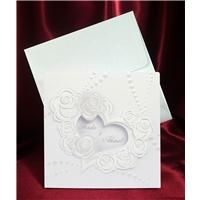 Yaldız işlenmiş gül motifleriyle bezeli kalpten bir çerçevesi ile soldan kapaklı zarif bir düğün, nikah veya nişan davetiyesi.