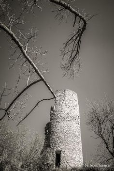 Tour Un tour de magie pour la tour du mage le tour de l'existence jusqu'au crépuscule des lices aux coulisses on s'agite autour et les pierres au soleil fondent tour à tour. BT