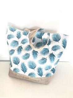 Sac cabas en toile de jute et coton imprimé plumes bleu : Sacs à main par leslubiesdedelphine