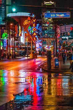 A rainy night in Downtown Las Vegas, Nevada USA. Neon Aesthetic, Night Aesthetic, Aesthetic Vintage, Aesthetic Girl, City Wallpaper, Scenery Wallpaper, Las Vegas City, Cyberpunk City, Nevada Usa