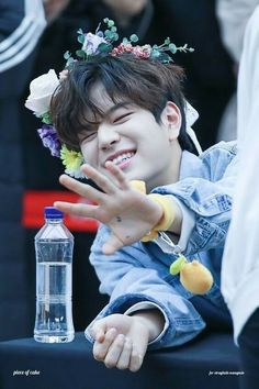 I would grab his hand but I suffer from anxiety sooo mine are sups sweaty rn. Maybe next time💁 Lee Min Ho, Pre Debut, Stray Kids Seungmin, E Dawn, World 2020, Lee Know, Minnie, K Idols, South Korean Boy Band