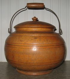 Large Peaseware container in original finish. Rustic Primitive Decor, Primitive Kitchen, Primitive Antiques, Country Primitive, Rustic Decor, Wooden Containers, Turned Wood, Lathe Projects, Antique Boxes