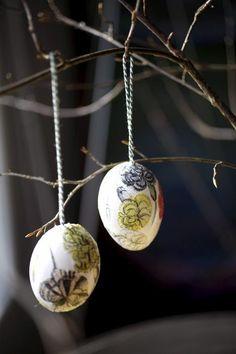 Pääsiäisen askartelua.... kauniita kuvia liimataan tyhjennyttyihin kananmuniin ja oksille roikkumaan. Voi myös käyttää askartelukaupan munia!