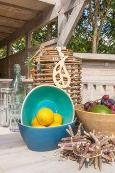Een prachtige manier om een tafel op te vullen! Wat vinden jullie van deze decoraties? #decoratie #styling #interieur #glamping #stoerbuiten Surf Lodge, Glamping, Ibiza, Serving Bowls, Om, Bakery, Surfing, Tableware, Dinnerware