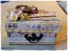 Eske med små kort Decorative Boxes, Paper Crafts, Home Decor, Art, Craft Art, Tissue Paper Crafts, Room Decor, Paper Craft Work, Kunst
