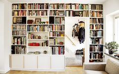 Platsbyggd bokhylla runt dörr