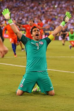 Claudio Bravo of Chile celebrates after defeating the Argentina to win the Copa America Centenario Championship match at MetLife Stadium on June Claudio Bravo, Copa America Centenario, Metlife Stadium, Football Wallpaper, World Football, World Of Sports, Pro Cycling, Goalkeeper, Soccer Players