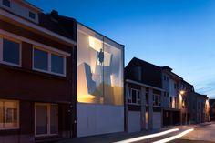 Жилой дом-атриум в Бельгии как световая инсталляция