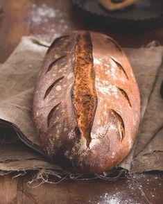 """""""Vydrží déle čerstvý a chutný, na rozdíl od bochníku ze supermarketu nezplesniví (jen vysychá a tvrdne). Domácí pečení umožňuje přizpůsobit chléb vlastním chutím a přidat třeba ořechy, semínka nebo smaženou cibulku,"""" radí Honza Šmikmátor."""