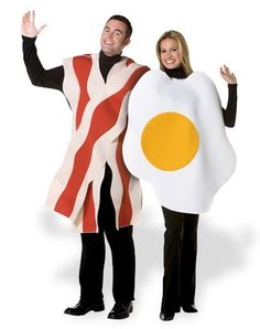 Funny Halloween Costumes - This Bacon and Eggs Costume Couples set includes one Bacon costume tunic and one egg costume tunic. Two costumes! Costumes Duo, Funny Couple Costumes, Food Costumes, Creative Costumes, Easy Costumes, Adult Costumes, Costume Ideas, Funny Couples, Carnival Costumes