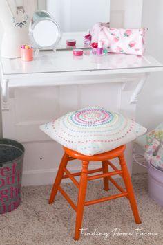 Vintage Orange Vanity Stool:Make a Vanity Table or Desk for Teens Using a Vintage Door Home Diy, Diy Household, Diy Vintage, Diy Household Tips, Vanity Desk, Vanity, Vintage Door, Diy Home Decor, Home Decor