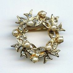 Vtg Reinad Clear Rhinestone Fx Pearl Small Ribbon Wreath Gold Plated Brooch Pin