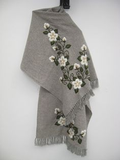 ruanas - Buscar con Google Embroidery Scarf, Ribbon Embroidery, Embroidery Stitches, Embroidery Patterns, Machine Embroidery, Knitting Patterns, Album Design, Embroidered Flowers, Diy Clothes