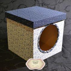 Caja de fibrofácil con ventana forrada en tela. Medidas 20x20x20cm.