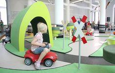 """Interaktiven permanenten Installation """"Verkehrsgarten"""" innerhalb des Verkehrsmuseums Dresden mit verschiedenen Fahrzeugstrecken und baulichen Elementen für Kinder von 0-7 Jahren. Die Anlage ist mit Bobbycars und Bobbytrains zu befahren, Verkehrsregeln können an Bahnübergängen, Ampeln und mit austaus"""