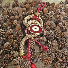 Χειροποίητο επίχρυσο μάτι στρογγυλό με κόκκινο σμάλτο , πλεγμένο περίτεχνα σε χρυσό χοντρό κορδόνι και κόκκινο λεπτό. Christmas Home, Christmas Gifts, Christmas Ornaments, Lucky Charm, Charmed, Paracord, Holiday Decor, Home Decor, Xmas Gifts