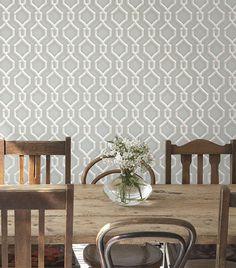 Estampas geométricas podem ser ótimas opções para criar a decoração da sua sala de jantar. O papel de parede vinílico geométrico da Bobinex traz desenhos com efeito 3D, cores neutras e a textura ideal para uma decoração criativa, contrastando com móveis rústicos.