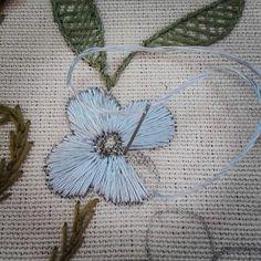 #Handembroidery #Embroidery #Ricamoamano #Broderiemain #Needlework #Needleart #Needlepoint #Bordadotradicional #Bordadoaseda #Silkthreads #Bordadosdecastelobranco