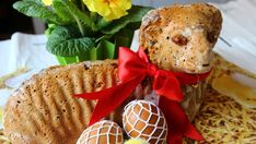 Vyzkoušejte letos upéct velikonočního beránka trochu zdravěji. Šťavnaté těsto ze špaldové mouky se sladkou mrkví a spoustou sušeného ovoce a mandlemi vás příjemně překvapí a navíc budete mlsat bez výčitek.