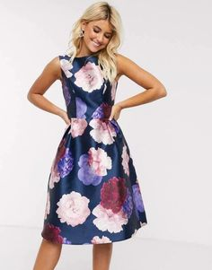 Buy Chi Chi London midi dress in navy based rose print at ASOS. With free delivery and return options (Ts&Cs apply), online shopping has never been so easy. Get the latest trends with ASOS now. Asos, Costume En Lin, Style Kimono, Chi Chi London Dress, Only Fashion, Womens Fashion, Navy Base, Robes Midi, Fashion And Beauty Tips