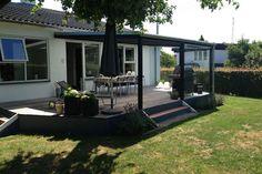 På en overdækket terrasse i Åbyhøj, har vi monteret glasvægge og et isolerende termotag. De store glaspartier er med til at forlænge sommeren, da glasset sørger for læ og holder duggen ude. Det er en rigtig god løsning, hvis du vil forlænge sommeren i begge ender