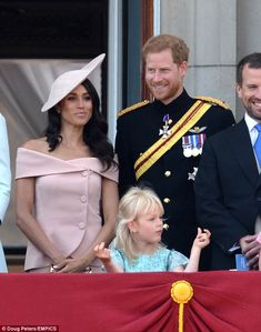 Meghan Markle (and Prince Harry) at Trooping the Colour Ceremony : Meghan kept it understated with a Carolina Herrera ensemble, nothing really spectacular but she still looks nice. Not the biggest fan of that Philip Treacy hat, though. Prince Harry Et Meghan, Princess Meghan, Kate And Meghan, Harry And Meghan, Beauty And Fashion, Royal Fashion, French Fashion, Estilo Meghan Markle, Meghan Markle Outfits