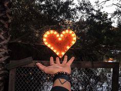 La méthode de la cohérence cardiaque permet de lutter très efficacement contre les effets psychosomatiques du stress, procure une meilleure régulation émotionnelle et renforce le système immunitaire. Elle nous apprend à contrôler notre respiration afin de réguler notre stress et notre anxiété. Cette technique simple permettrait même de réduire aussi la dépression et la tension artérielle. Yoga, Afin, Green, Simple, Nervous System, Immune System, Insomnia
