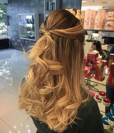 Half up twisted half down hairstyle #weddinghair #hairstyle #promhair #bridalhair #halfuphalfdown #hairdown #bridehairideas