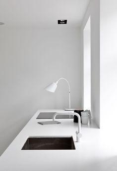 Einrichtungsbeispie: BELLEVUE Lamp von And Tradition https://www.designort.com/produkt/bellevue-aj3/  in einem schwarz & weiß eingerichteten Landhaus. Interior Design by Norm Architects
