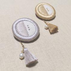 【再販×7】maru brooch ⚪︎ Dorset Buttons, Resin Crafts, Zippers, Embroidery Stitches, Hand Embroidery, Lapel Pins, Brooches, Embellishments, Hobbies
