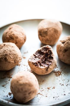 Cacao-Date Balls – HonestlyYUM *add mint? HEALTHY SNACKS These cacao-date balls are indulgent and rich but without any added sugar. Healthy Treats, Healthy Desserts, Recipes With Dates Healthy, Healthy Breakfasts, Healthy Tips, Healthy Recipes, Protein Bites, Protein Snacks, Date Protein Balls