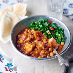 Een lekkere curry hoeft niet veel tijd te kosten om op tafel te zetten. Deze variant zonder vlees, vis of zuivel maak je eenvoudig op een doordeweekse dag.     1 Bak de ui en knoflook op laag vuur in de olie tot ze bruin worden. Bak de specerijen 1...