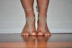 The Garden Chair Tales: Crochet Barefoot Sandals Crochet Cross, Knit Crochet, Free Crochet, Homemade Bows, Crochet Barefoot Sandals, Easy Crochet Patterns, Crochet Ideas, Crocheting Patterns, Crochet Slippers