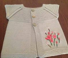 Easy Baby Vest with Collar, Openwork Pattern and Floral Ornament . Cardigan Bebe, Knitted Baby Cardigan, Baby Pullover, Pull Bebe, Frocks For Girls, Clothing Tags, Baby Sweaters, Baby Knitting Patterns, Knitting Projects