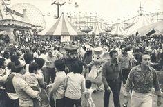 Neste Dia das Crianças, relembramos um lugar que marcou a infância e adolescência de muitos: o PlayCenter. Ao longo de seus 39 anos de funcionamento, atrações como o Barco Viking, Montanha Encantada e Super Jet trouxeram alegria e emoção a diferentes gerações. Na foto, vemos os personagens Bernardo e Bianca andando pelo parque num movimentado dia de 1977. - Thales