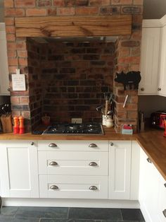 Hob and extractor set into a chimney breast