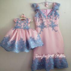Mommy Daughter Dresses, Mother Daughter Fashion, Mom Dress, Dresses Kids Girl, Baby Dress, Flower Girl Dresses, Kids Blouse Designs, Dress Neck Designs, Newborn Girl Outfits