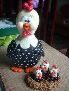 ~*SORRY, no information as to product used ~ FOREIGN ~ Mamãe e seus filhotes by Biscuit da Ta~ Polymer Clay Projects, Polymer Clay Creations, Polymer Clay Animals, Polymer Clay Art, Chicken Crafts, Painted Gourds, Play Clay, Chickens And Roosters, Clay Figurine