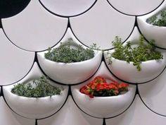 Vasos de cerâmica que se integram à parede.