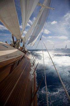 Seegelschiff auf dem Meer,   Urlaubsstimmung kommt da auf.    individuelle Südamerika Reisen.    www.chirimoyatours.com